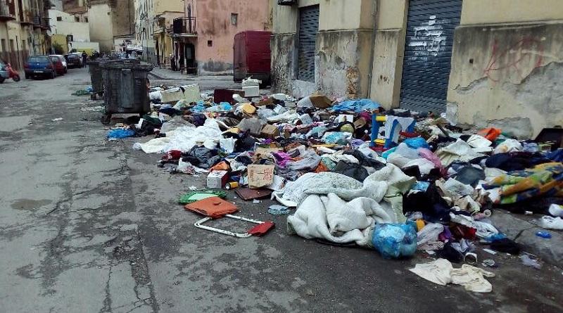 """Rifiuti in strada nel quartiere Albergheria di Palermo. Antonino Randazzo del M5S: """"Situazione di degrado, è il regno della munnizza"""""""