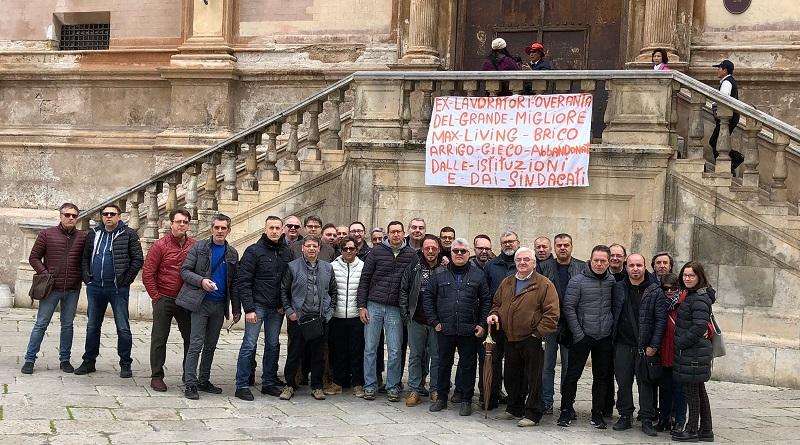 """Protestano davanti il Comune di Palermo gli ex lavoratori di Max Living e Grande Migliore: """"Noi abbandonati dalle istituzioni"""""""