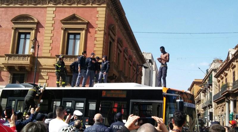 Blocca autobus e passeggia sul tetto