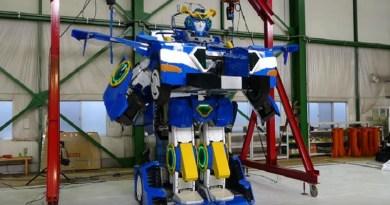 Dal Giappone arriva J-deite RIDE, un robot simile ai celebri Transformer, che in poco più di un minuto diventa un'auto sportiva a due posti con passeggeri all'interno