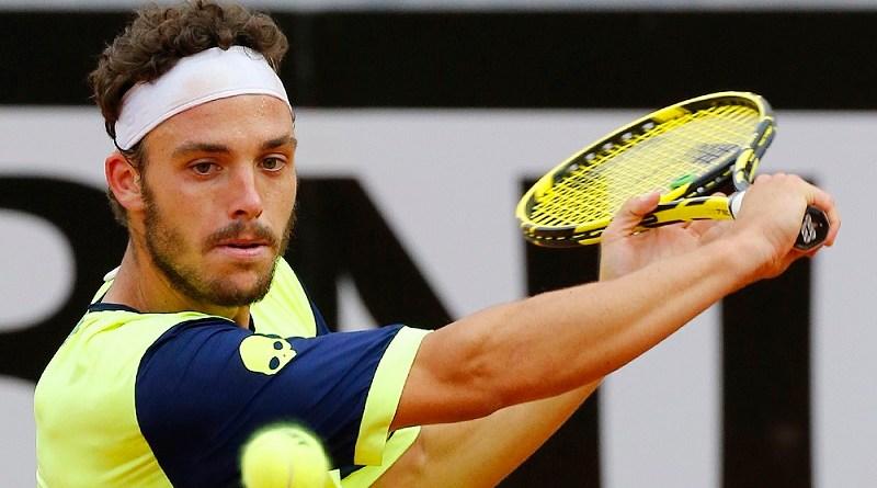 Marco Cecchinato batte Novak Djokovic ai quarti del Roland Garros e vola in semifinale, primo italiano dopo 40 anni a raggiungere una semifinale del Grande Slam