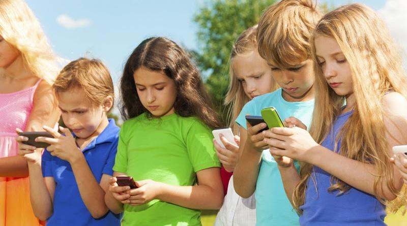 """I pediatri dicono basta a tablet e cellulari ai bambini: """"Danneggiano la loro salute"""""""