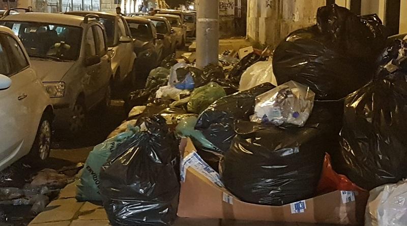 Qualcosa non procede nel modo giusto nella raccolta differenziata che sta coinvolgendo i quartieri Politeama e Massimo di Palermo. E i rifiuti riempiono le strade