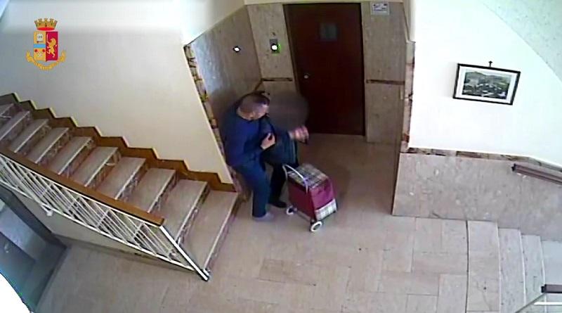 Avrebbe rapinato un'anziana nell'androne del palazzo ma è stato ripreso dalle telecamere del sistema di videosorveglianza. Arrestato un cinquantenne
