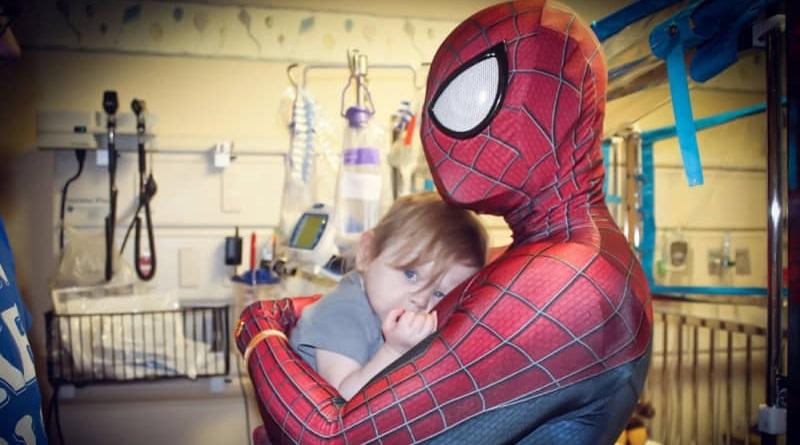 Ricky Mena, lo Spiderman che aiuta i bambini negli ospedali, ha una sua fondazione, Heart of a Hero, che raccoglie fondi per comprare giocattoli e per stare accanto ai bimbi, oltre che finanziare la ricerca