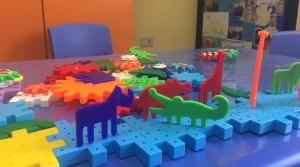 Un rinoceronte viola e un coccodrillo verde giocano insieme: l'uguaglianza vista dai bambini in ospedale