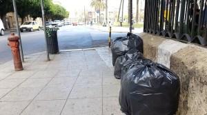 Palermo, sacchi neri di rifiuti a due passi dai monumenti. Ma per il Comune la differenziata procede bene