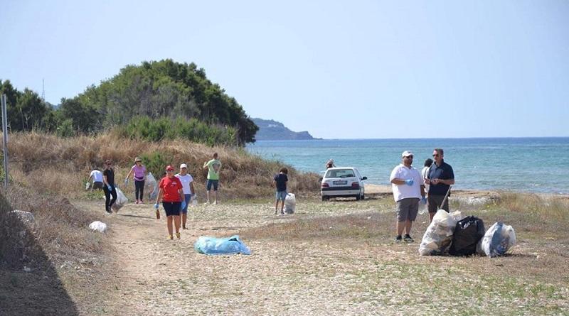 Il sindaco di Menfi e un gruppo di volontari hanno ripulito la spiaggia delle Giache Bianche a Bertolino. Si tratta della prima di tre giornate ecologiche