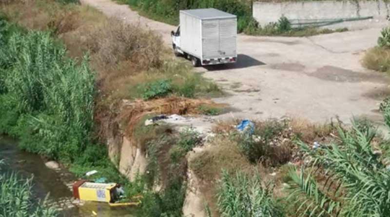 Furgone scarica rifiuti ingombranti su riva Oreto, la foto postata su Facebook