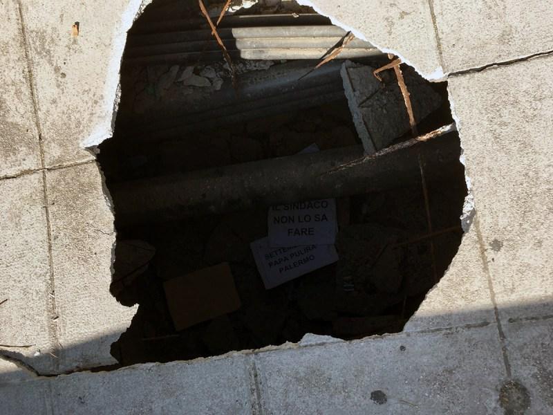 Buchi nel cemento del Ponte Oreto, a Palermo