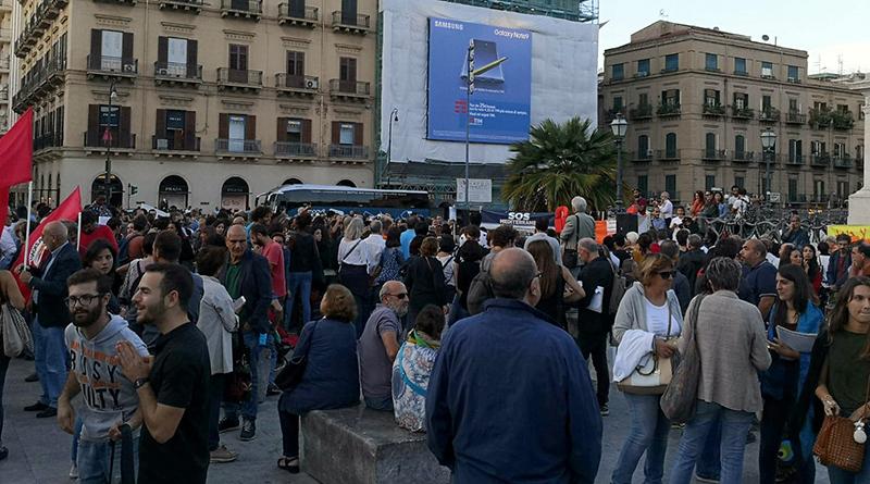 Palermo, manifestazione a Piazza Politeama di solidarietà al sindaco di Riace