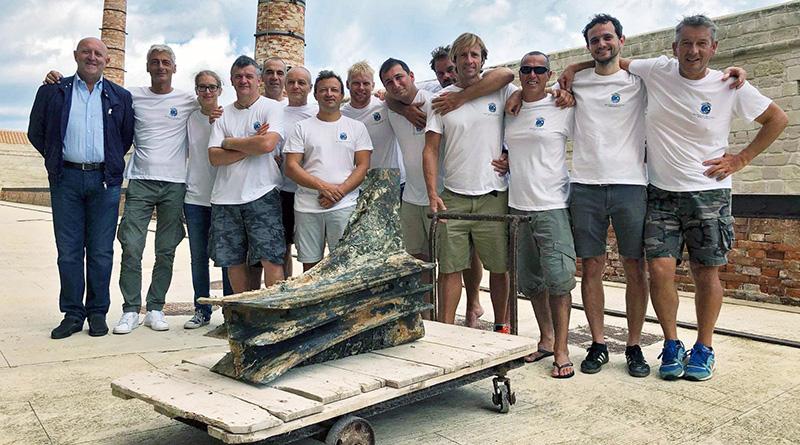 Il team della GUE che ha recuperato il rostro della nave romana al largo delle Egadi (2018)