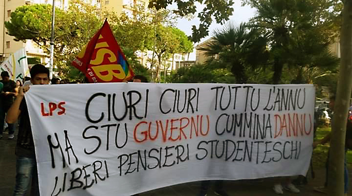 USB con studenti in piazza