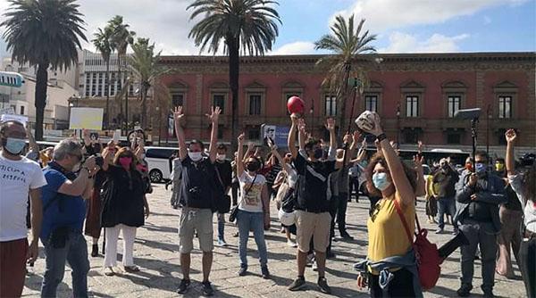 Manifestazione lavoratori spettacolo piazza Verdi, Teatro Massimo, a Palermo