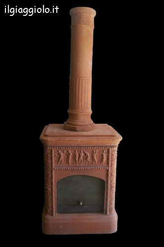 Vecchia stufa in terracotta decorata con dei puttini