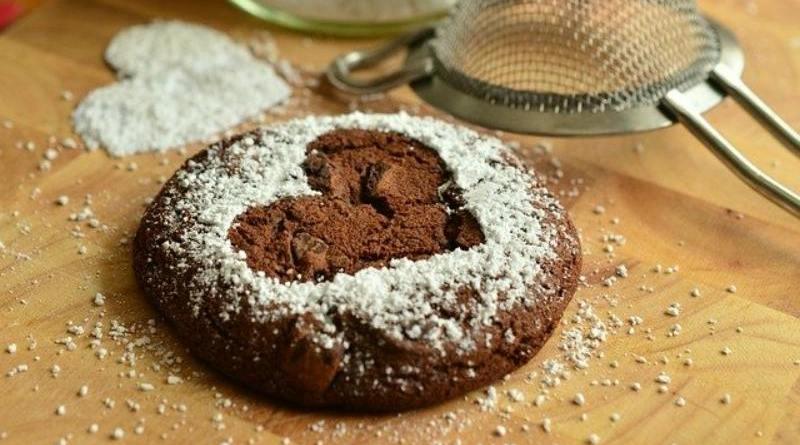 Biscotti al cacao con marmellata di ciliegie