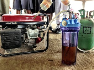 PROFUMO DI ENERGIA. «L'odore dell'urina è mal sopportato soprattutto se è quella degli altri. Per evitare l'inconveniente basta aggiungere alla soluzione l'1% di soda, sufficiente ad abbattere l'odore e a rendere accettabile da chiunque l'uso del generatore».(Foto: Lawal Olaide)