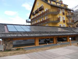 L'IMPIANTO SOLARE TERMICO costituito da 22 pannelli piani sottovuoto montati sul tetto della piscina.