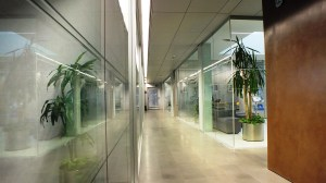 Non solo comfort, ma anche gestione intelligente del consumo energetico e conseguente riduzione dei costi, che dipende in particolare dall'attività di raffrescamento degli ambienti.