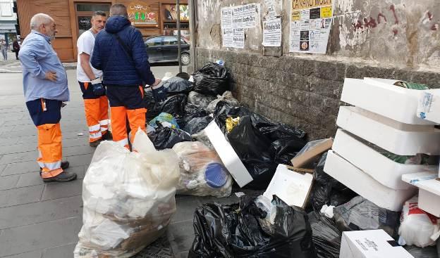 Controllo buste di rifiuti