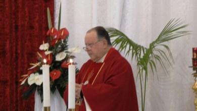 Photo of San Ciro in processione con manto e veste ricoperti di oggetti d'oro