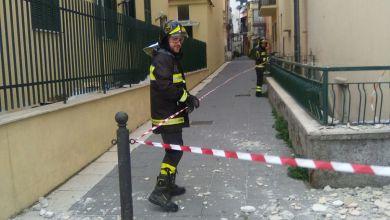 Photo of Crolla cornicione a Casamicciola, vigili del fuoco transennano l'area
