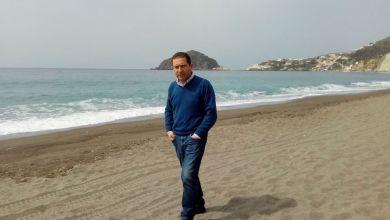 Photo of E intanto Luciano Castaldi riflette passeggiando sulla spiaggia dei Maronti