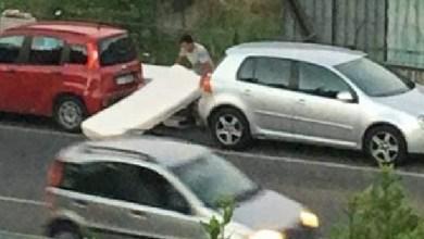 Photo of Folle a Ischia, scarica materassi in strada davanti a tutti e in pieno giorno
