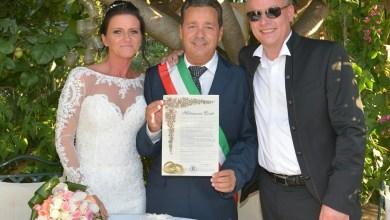 """Photo of Tassista """"cupido"""": due giovani turisti si sposano sull'isola"""