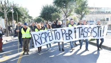 """Photo of Per i tassisti corteo di rabbia,  poi la """"mediazione"""" in municipio"""