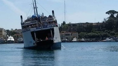 Photo of Incredibile a Ischia, la nave arriva nel porto inclinata su un lato