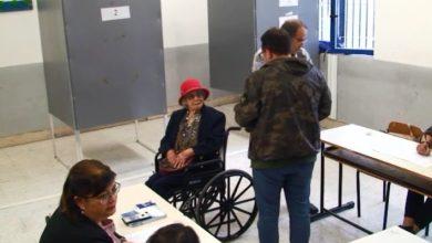 Photo of A Casamicciola Terme, sotto la pioggia battente, nonnina di quasi 105 anni si reca al seggio per esercitare il suo diritto al voto