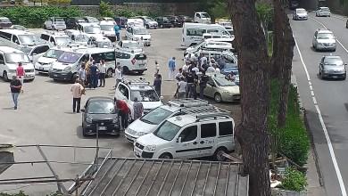 """Photo of I tassisti si fermano, """"muraglia"""" bianca nel parcheggio Guerra"""