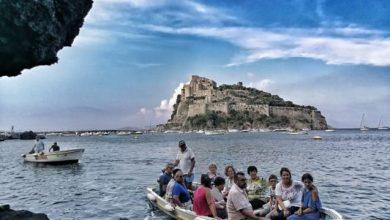 """Photo of Le pietanze di sant'anna nelle """"acque  magiche""""  del borgo antico. La festa a mare incanta già da oggi  per il culto della chiesetta."""