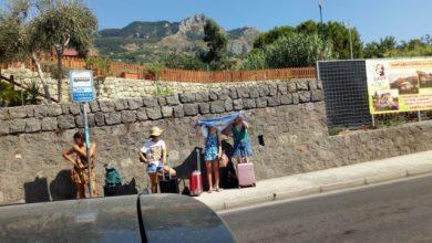 Photo of Zero pensiline, turisti cercano riparo dal sole con un telo