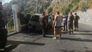 Photo of Fiamme ai Maronti, furgoncino prende fuoco e danneggia autovettura