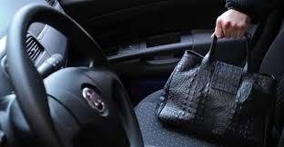Photo of Ruba la borsa ma la restituisce dopo la denuncia social