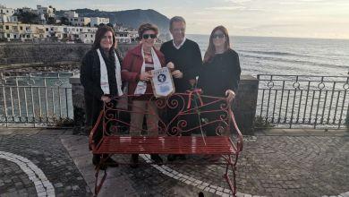 Photo of Forio, una panchina rossa e un'installazione artistica per dire basta alla violenza sulla donna