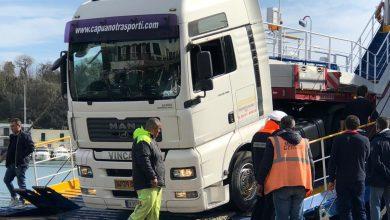 Photo of Autoarticolato incagliato su traghetto, trattore non riesce a liberarlo