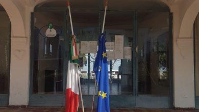 Photo of LA FOTONOTIZIA Bandiere a mezz'asta anche sull'isola per le vittime del coronavirus