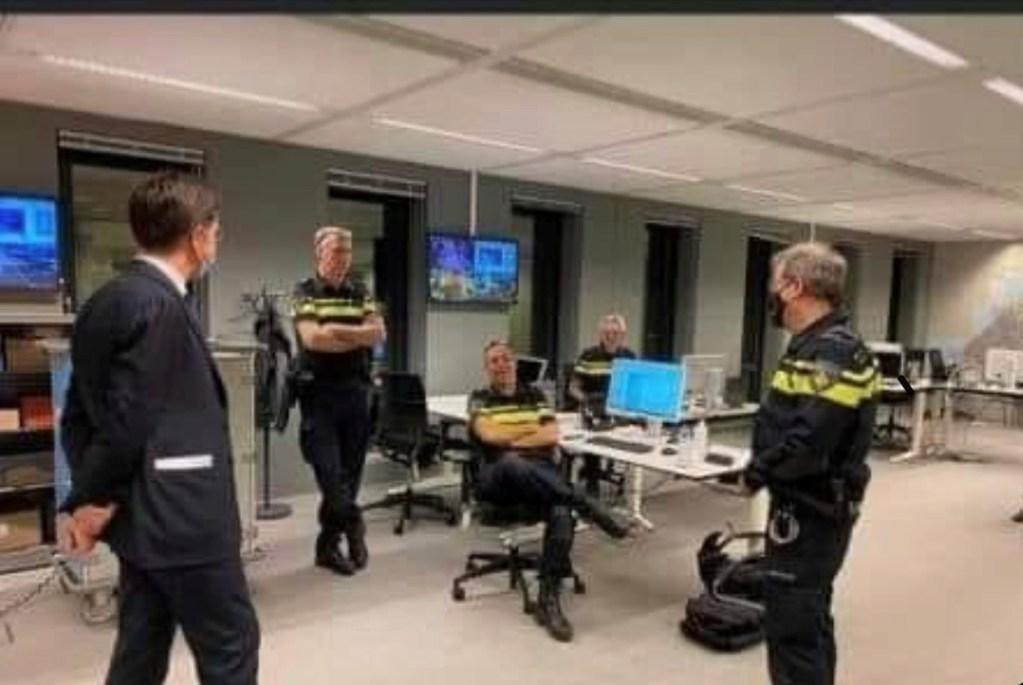 C:\Users\ILHAN\Desktop\1-ISLENECEK HABERLER\Rutte ayakta polis ayak ayak ustune.jpg