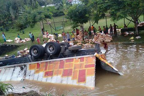 Condutor sofreu leves escoriações e o veículo ficou danificado Reprodução/Record Bahia