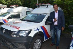 O prefeito, Mário Alexandre ao lado da ambulância que integrará a frota do município – Foto Secom