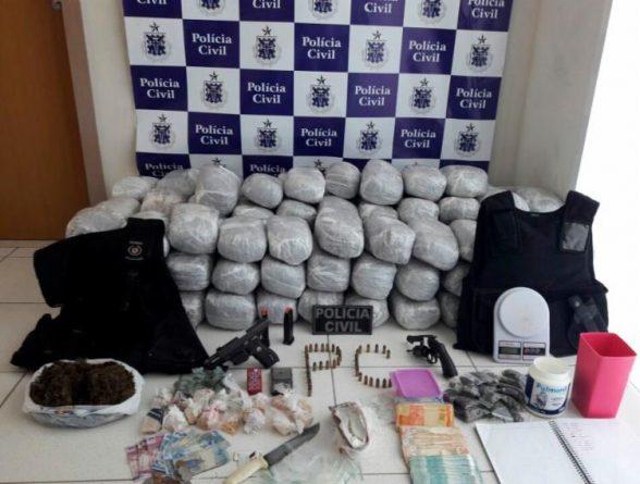 Mulher é flagrada com drogas, armas e coletes em Porto Seguro 2