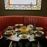 i tavoli sono ampi e pensati per le cene tra amici
