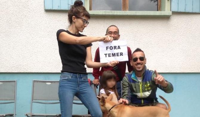"""Elisabete Finger em 2017: """"Fora Temer"""" em companhia da filha incentivada a tocar coreógrafo nu"""