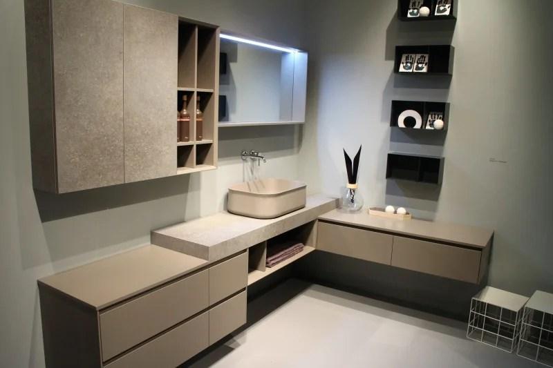 Bagno ad angolo con anta effetto cemento mensole in ferro e lavandino tortora  spettacolare