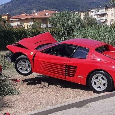 Vuole fare video mentre sgomma, finisce con la Ferrari contro ulivo