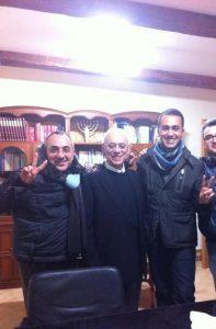 don Peppino con Luigi Di Maio e don Mimmo Iervolino nel suo studio in chiesa a Pomigliano