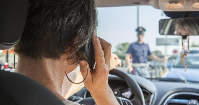 Cellulare: nuova legge, patente sospesa